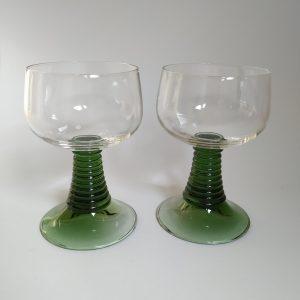 Vintage wijnglazen met groene voet