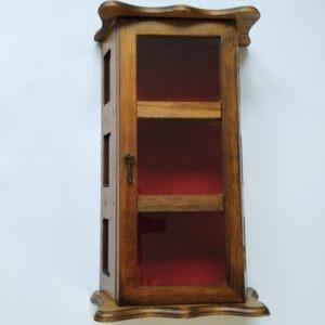 Vintage houten vitrinekastje (klein) met een magneetslot