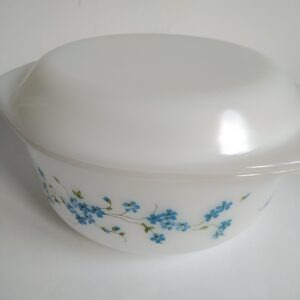 Vintage witte dekschaal in melkglas van Arcopal France Veronica