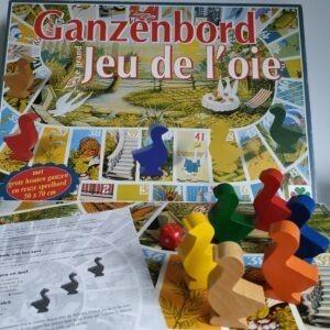 Ganzenbord met grote houten ganzen en reuze speelbord
