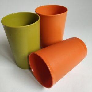 Vintage bekers van Tupperware in de kleuren oranje en groen